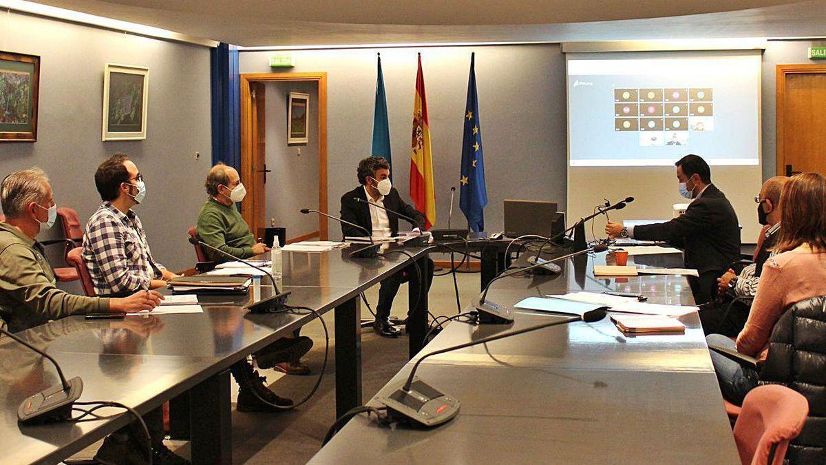 Pescadores y el consejero de Medio Rural, Alejandro Calvo, en la reunión del Consejo de Pesca.