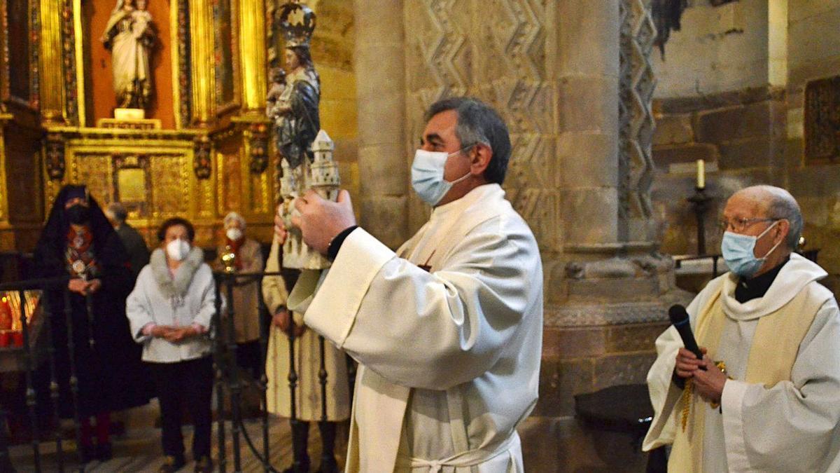 Procesión testimonial en la iglesia de Santa María con la imagen de la patrona de Benavente.   E. P.