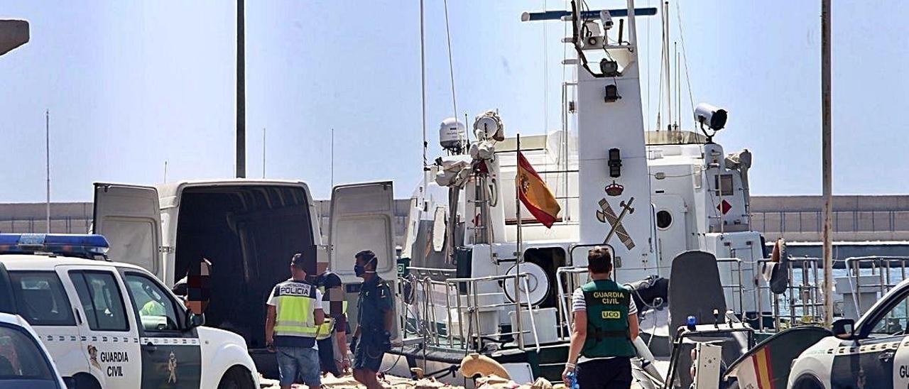 Varios agentes junto a la droga incautada, ayer, en el puerto de Alicante.