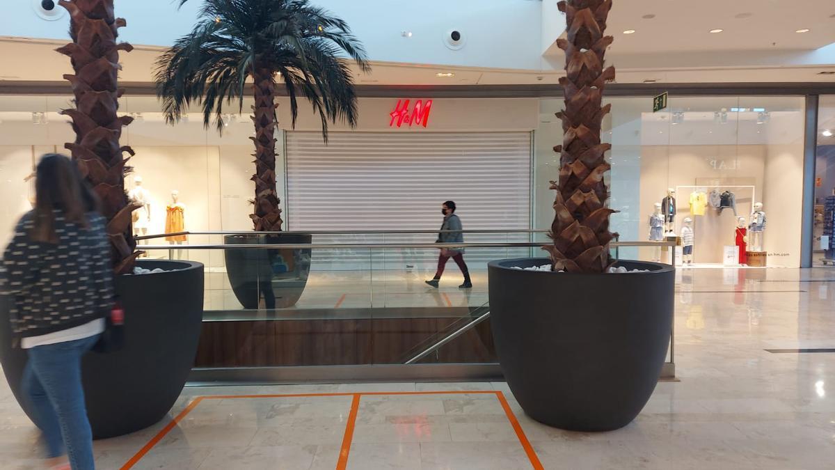 La tienda de H&M de Puerto Venecia de Zaragoza, cerrada este viernes por la huelga.