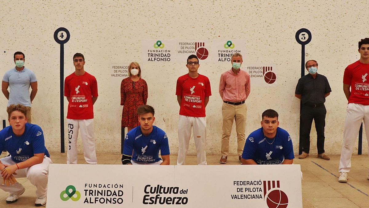 Salva Torrent, alcalde de l'Eliana i part de la seua corporació, amb els finalistes.
