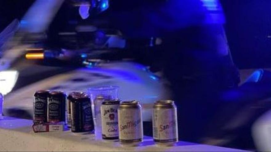 Partywütige bewerfen die Polizei am Ballermann mit Flaschen