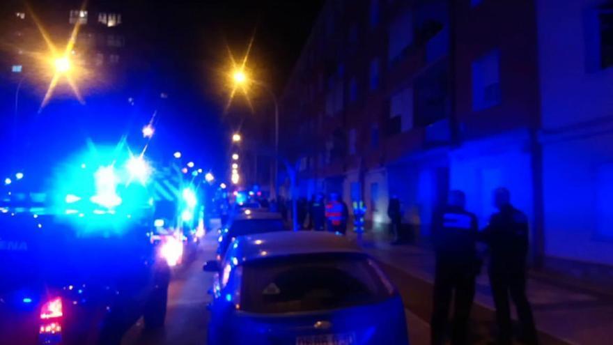 Los bomberos extinguen un incendio en un inmueble de la calle Ramón y Cajal