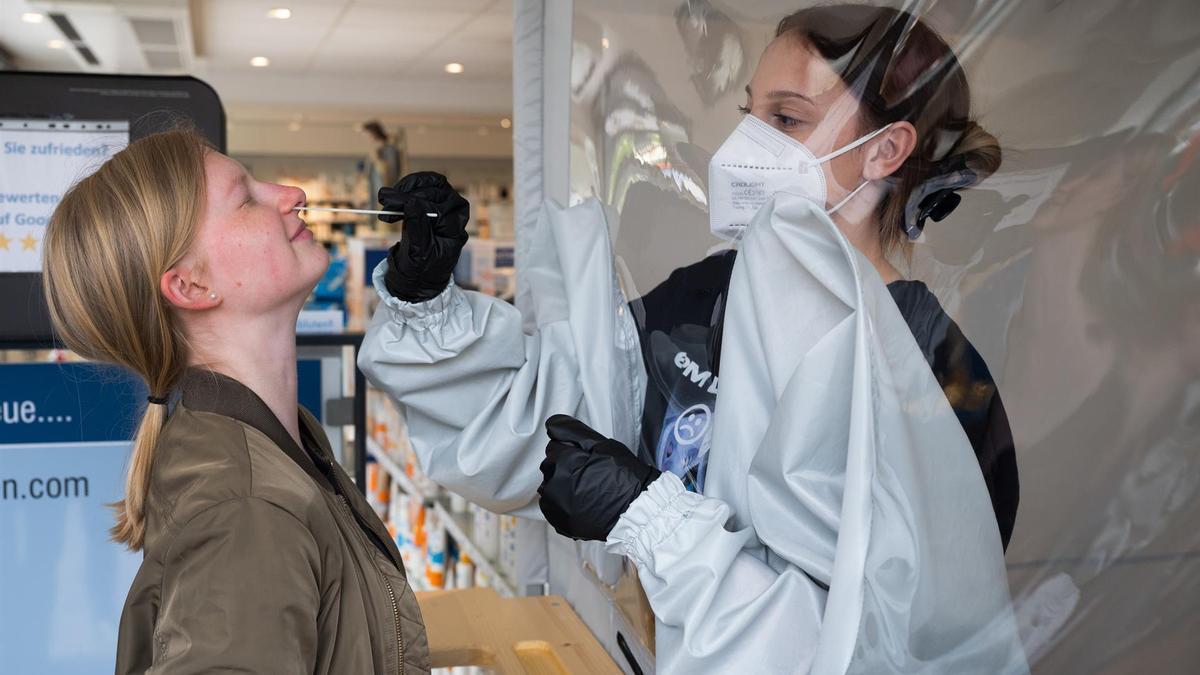 Una sanitaria realiza una prueba PCR en Alemania