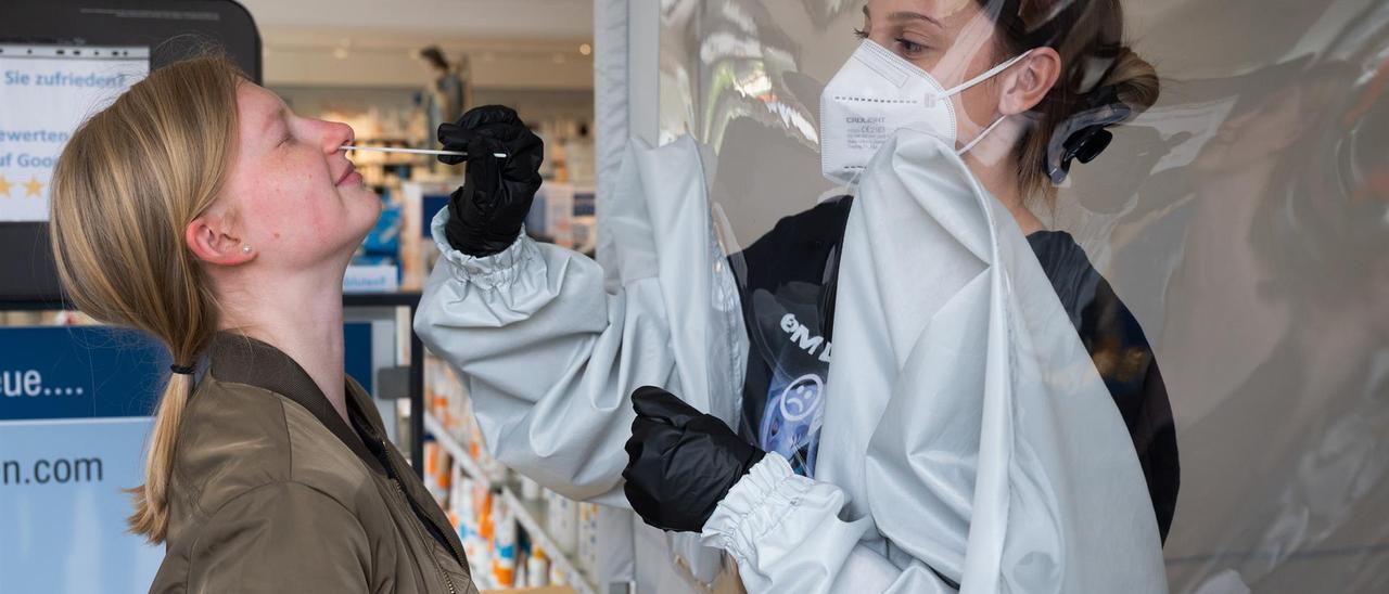 Una sanitaria realiza una prueba PCR en una imagen de archivo.