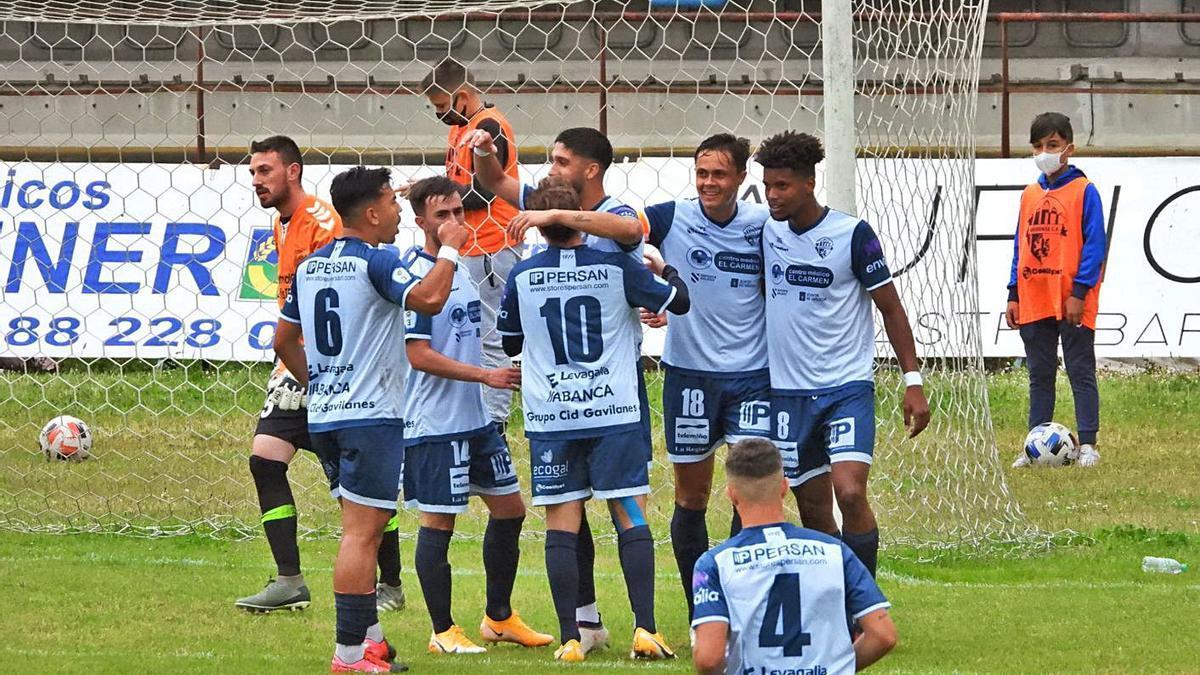 La plantilla del Ourense CF, celebrando un gol contra el Fisterra en O Couto. |  // FERNANDO CASANOVA