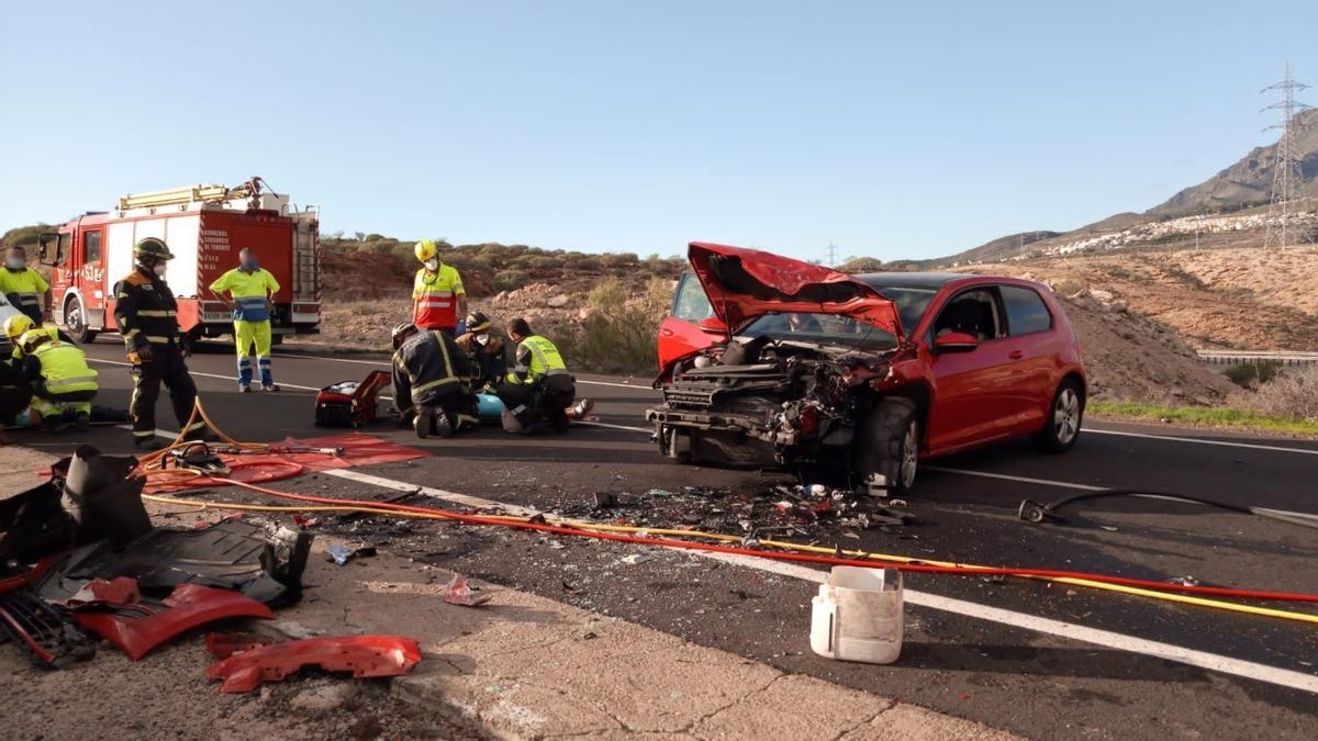 Tres heridos den un choque frontal de dos vehículos en Tenerife