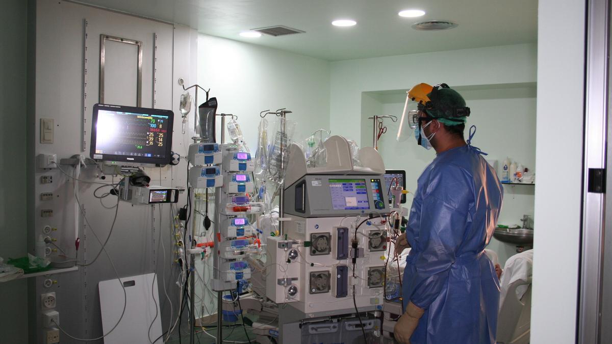 Un enfermero atiende a un paciente en la zona Covid de la Uci del Rafael Méndez.