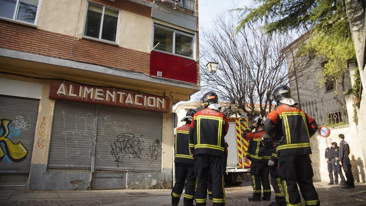 Los bomberos de Zamora actúan en la calle del Hospital