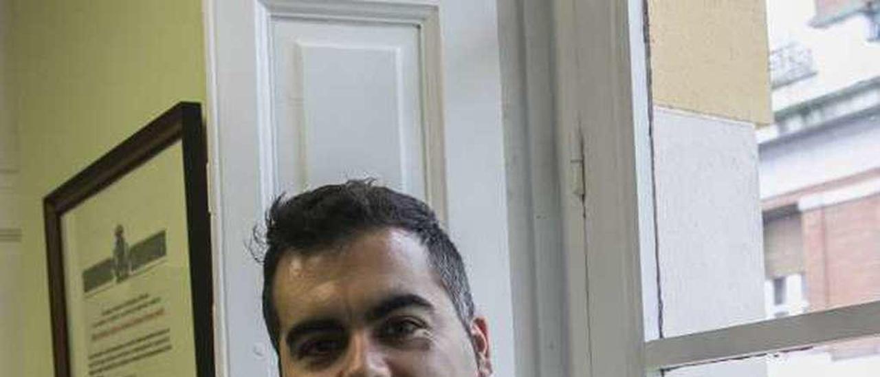 David Martínez en la sede de Aefas en Oviedo.