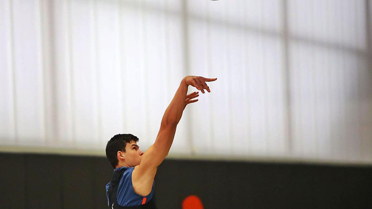 Jaime Pradilla lanza a canasta en un entrenamiento con el Valencia Basket.  | J.M. LÓPEZ