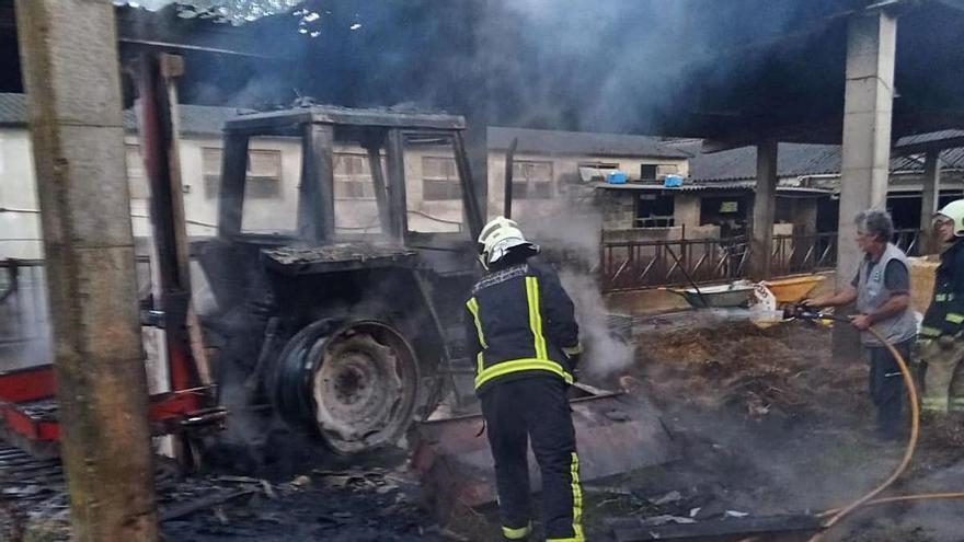 Un incendio destruye un tractor y parte de un cobertizo en una explotación de Merza