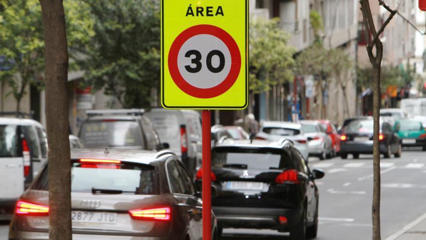 Ourense avanza hacia la 'ciudad 30' con la señalización de nuevos límites de velocidad