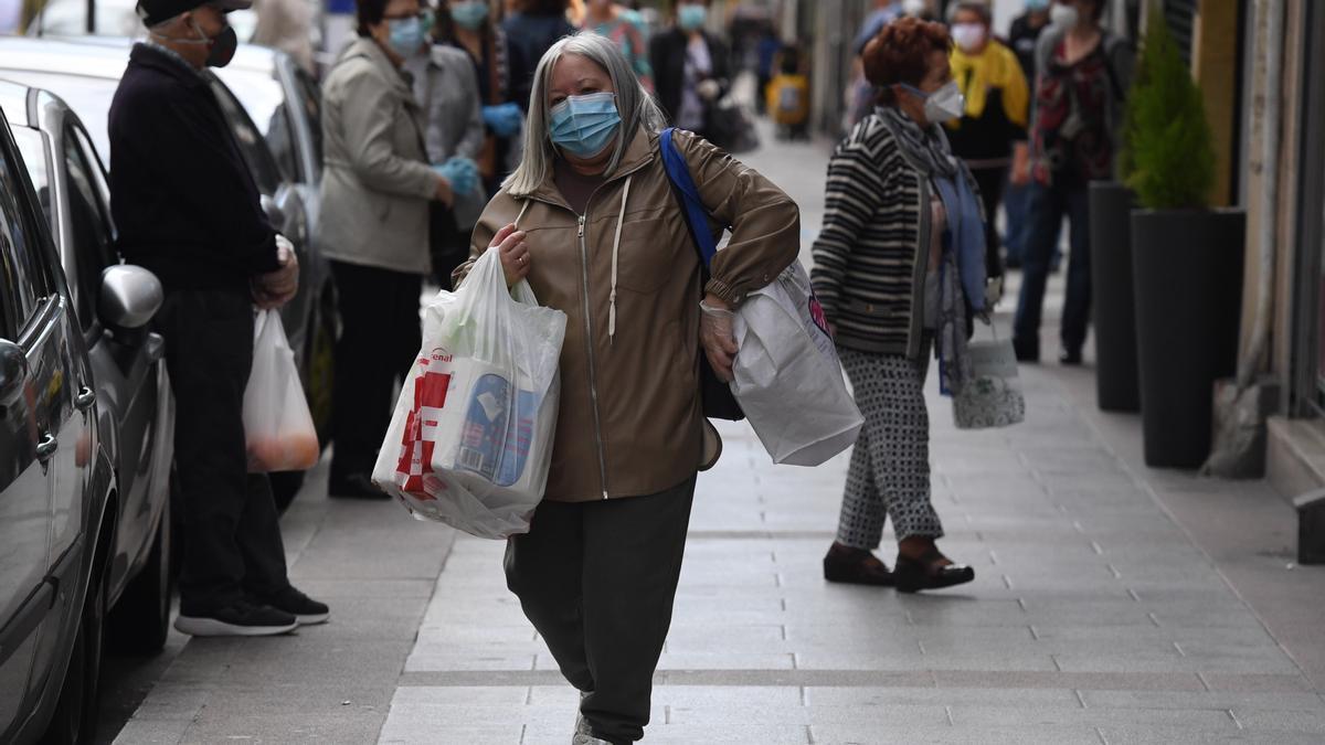 Una mujer con bolsas de compras en A Coruña.