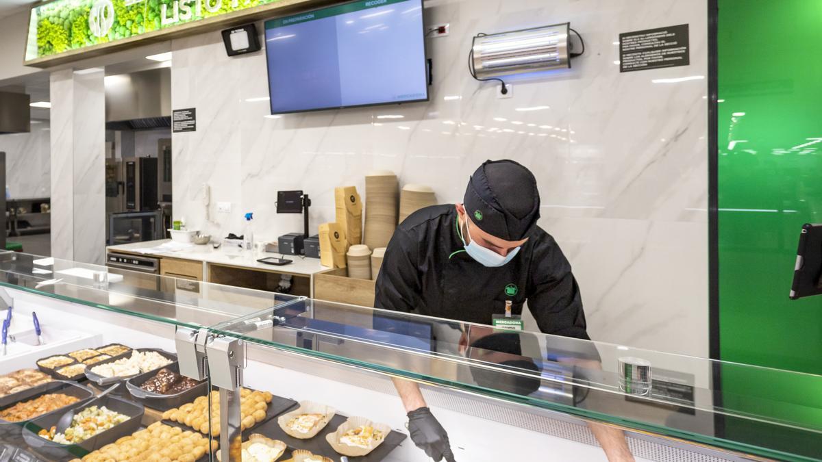 Trabajador de Mercadona en Mallorca en la sección Listo para Comer