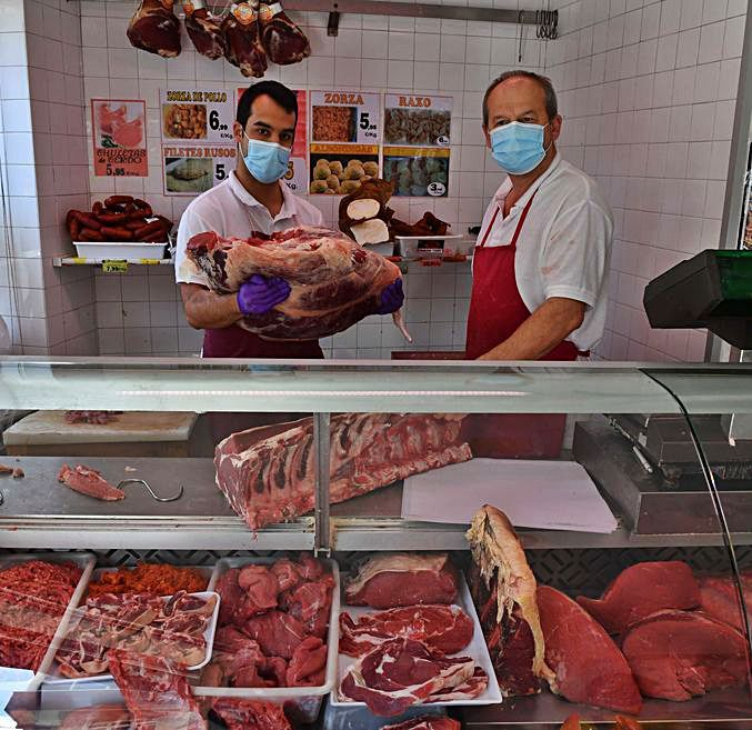Daniel y Javier, en la carnicería Lago y Mera.  | // ECHAVE