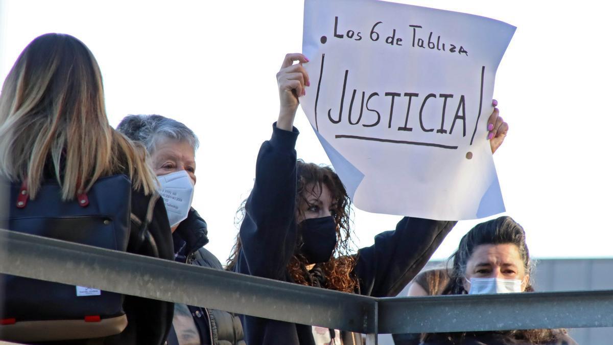 Familiares de los mineros en las puertas del juzgado de León.