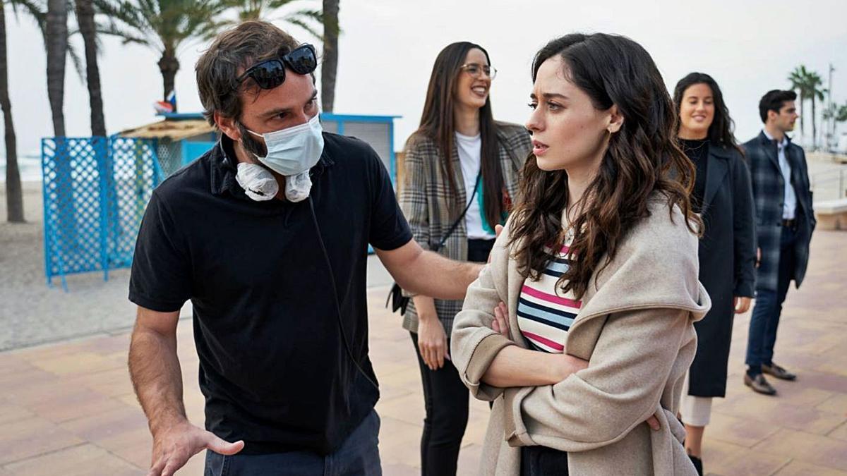 Pablo Guerrero da indicaciones a Elena Rivera en un momento del rodaje de 'Alba'.