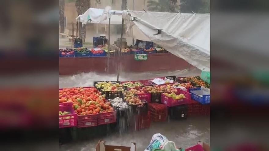 La lluvia hace estragos en el mercadillo tradicional de Benejúzar