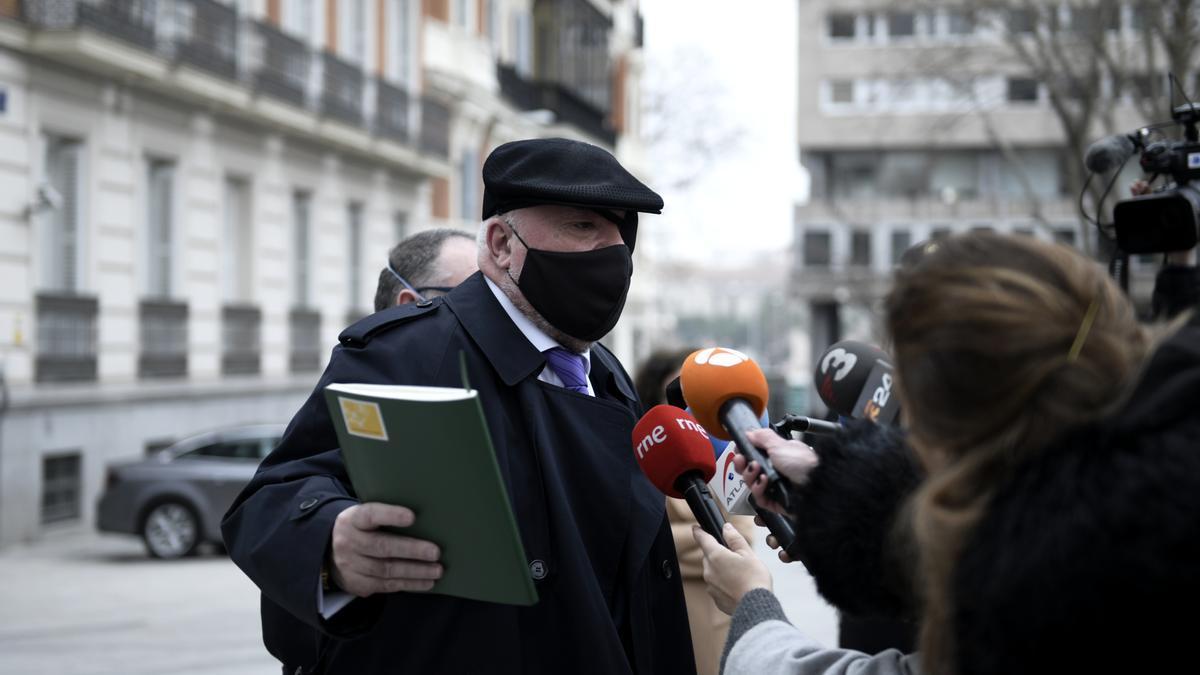 El comisario jubilado José Manuel Villarejo responde a los medios de comunicación a su salida de la Audiencia Nacional.
