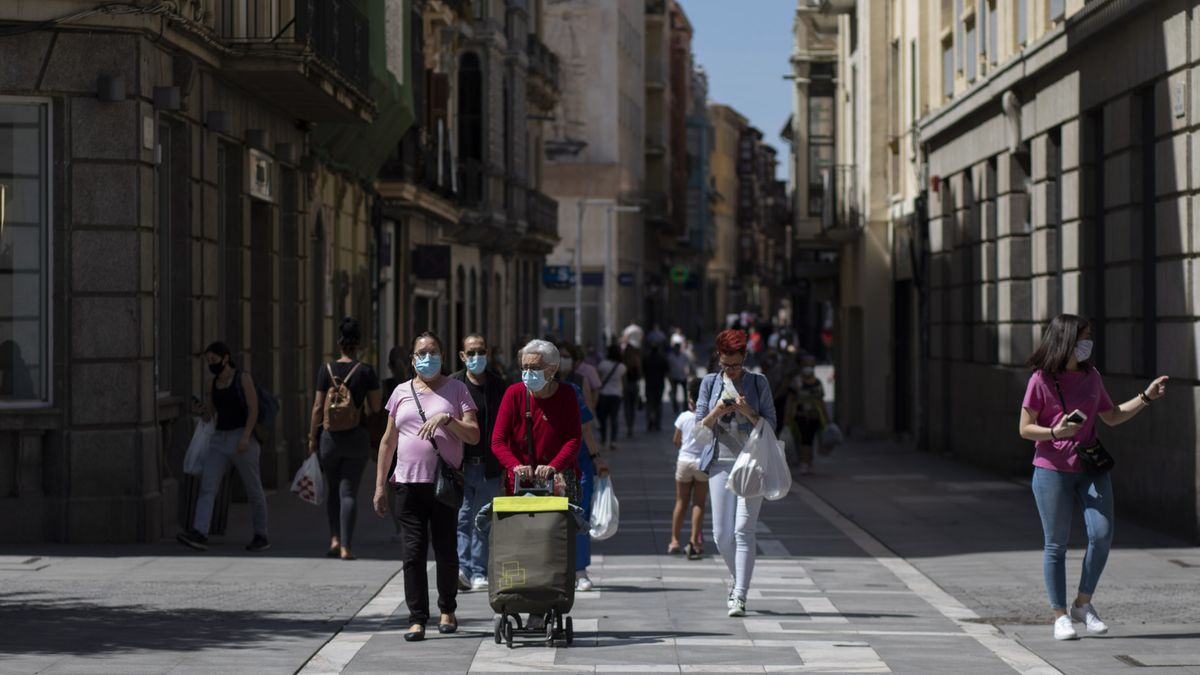 Vecinos pasean por Zamora con sus mascarillas.