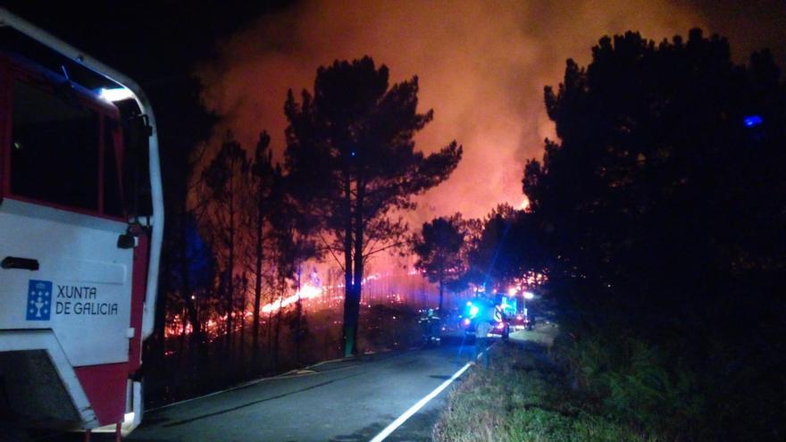 Dos incendios en Ribas de Sil arrasan más de 220 hectáreas y amenazan núcleos de población