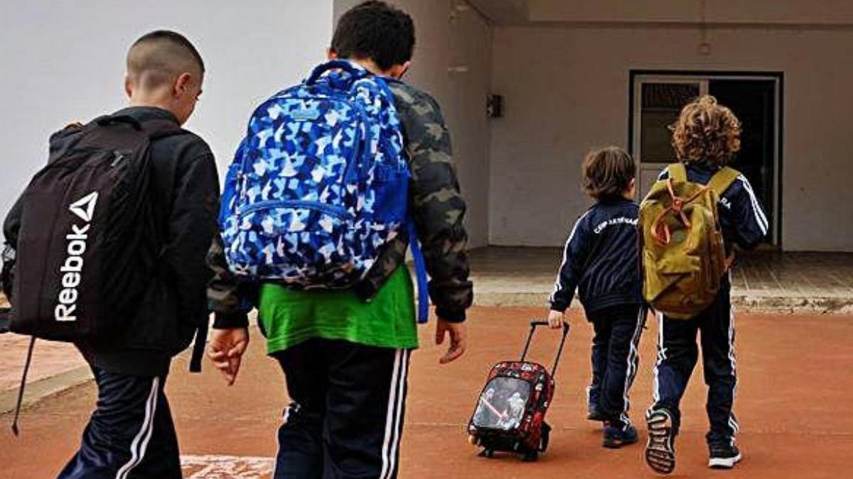 Alumnos acuden al colegio