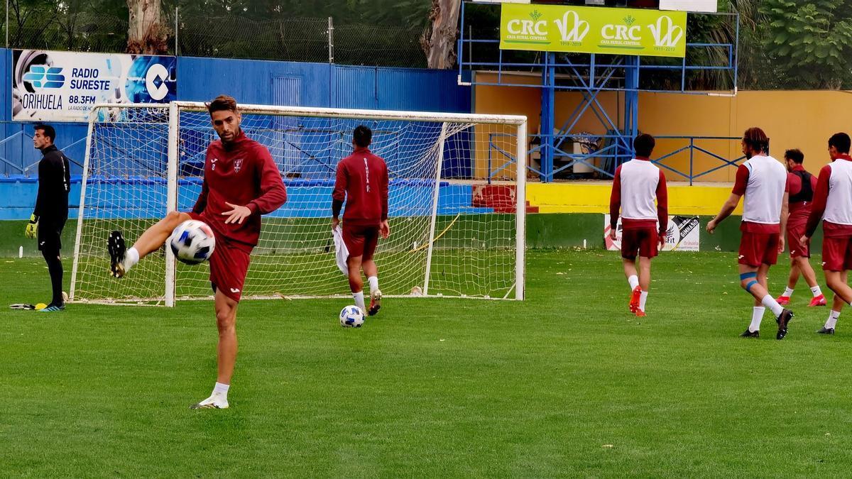 Los jugadores del Orihuela, durante un entrenamiento