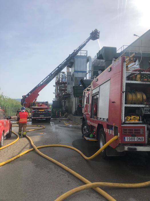 Els Bombers treballant en l'incendi de la Sitja