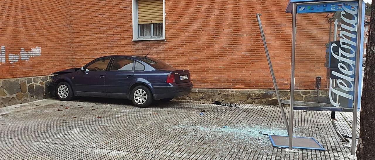 Estado en el que quedó el vehículo, con la cabina dañada en primer término.