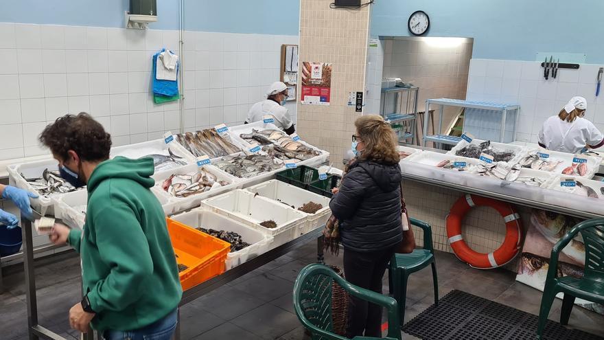 Una pescadería encuesta a los clientes para saber qué productos quieren comprar