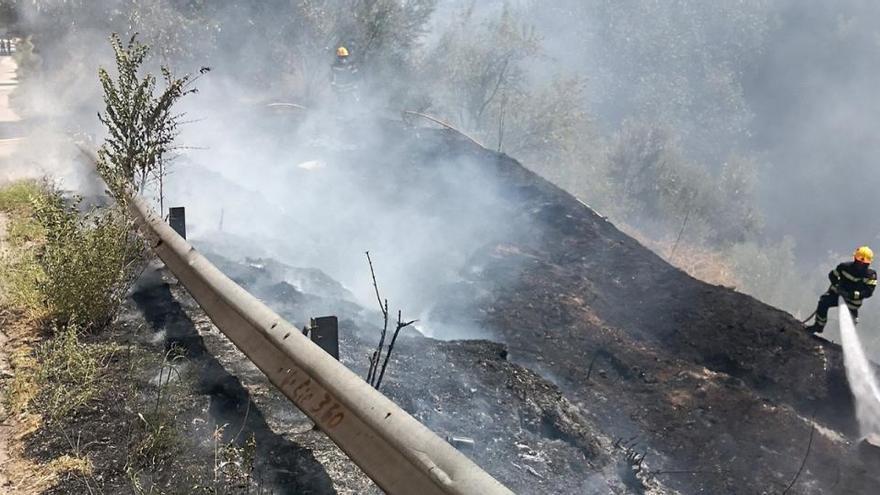 Los bomberos extinguen el incendio de un barranco entre Alcoy y Cocentaina