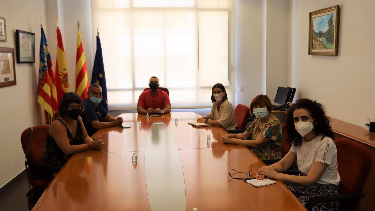 El alcalde de Vila-real, José Benlloch, y la concejala de Normalización Lingüística, Noelia Samblás, se han reunido con representantes de Escola Valenciana.