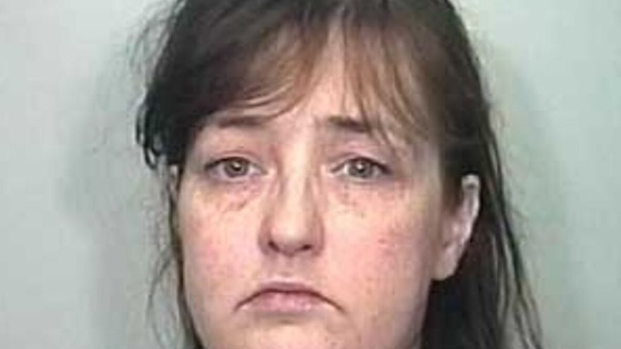 Una madre que mató de hambre a su hijo de 4 años y dejó su cadáver en la cuna dos años, queda en libertad