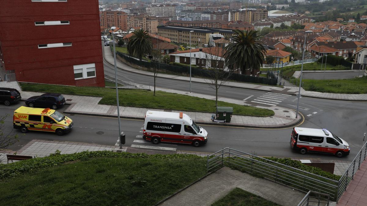 Ambulancias circulando por Avilés.