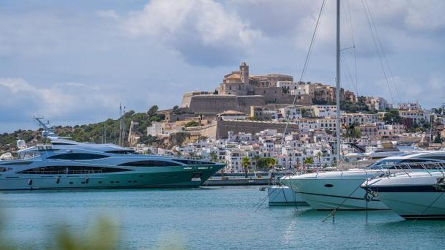Modo verano 'on': los grandes yates vuelven a Marina Ibiza