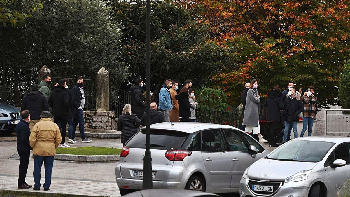 Familiares y vecinos despiden al hostelero en el funeral.   | // GUSTAVO SANTOS