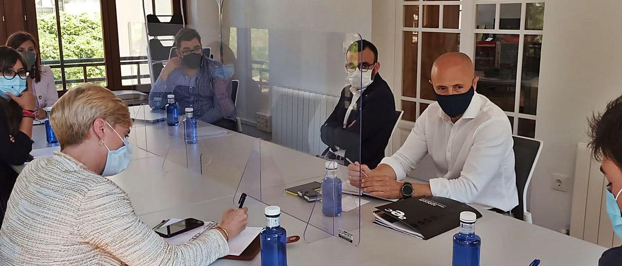 La reunión con el tejido económico de Elda a la que también acudió la concejala Silvia Ibáñez.   INFORMACIÓN