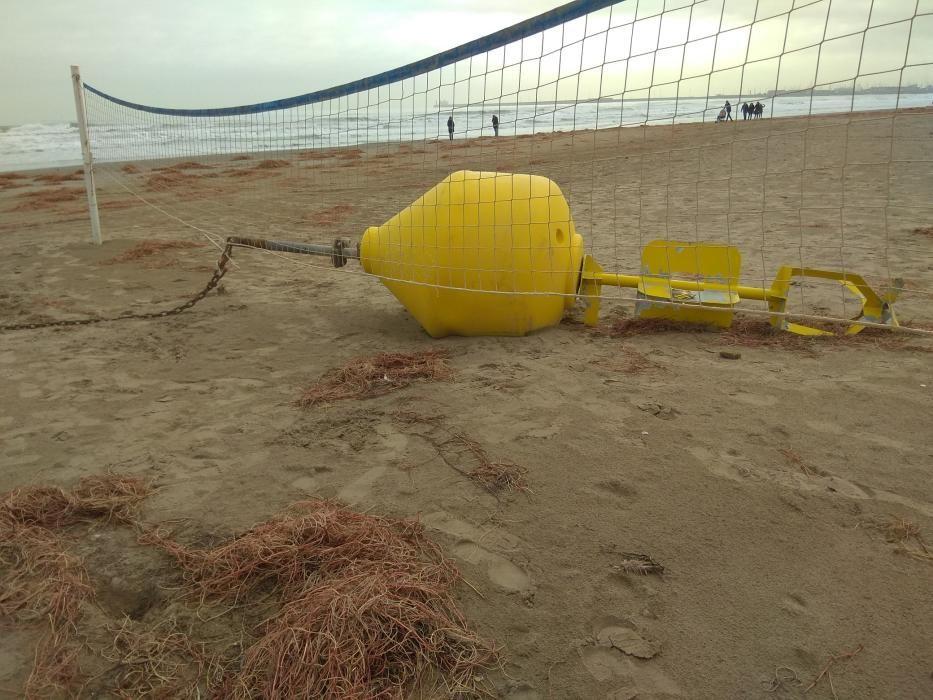El fuerte oleaje ha sacado una boya a la arena de la playa de la Malva-rosa, en València.