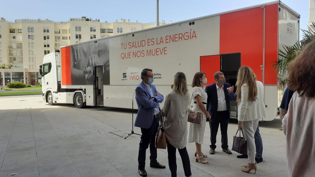 Presentación de uno de los camiones de Seat que ayudará en la campaña de vacunación