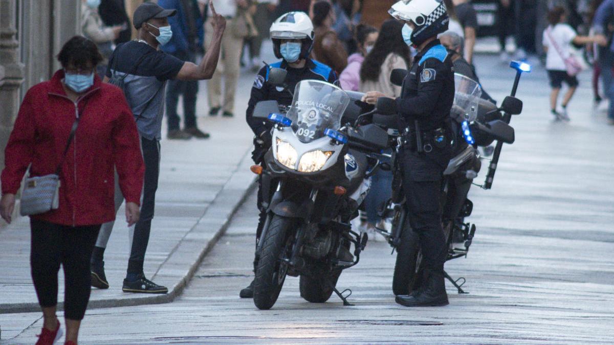 Un hombre discute con dos agentes de la Policía Local de Ourense. // Brais Lorenzo
