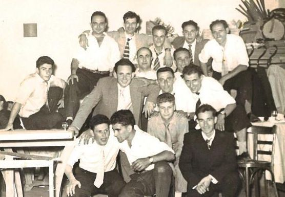 """José Carlos Carrera """"Cholo"""", con los brazos sobre un compañero de trabajo, en el año 54."""