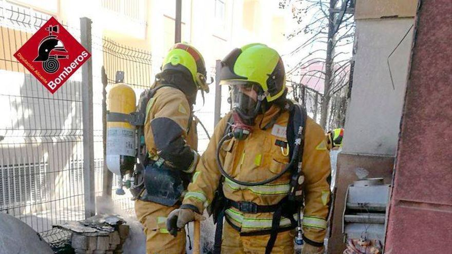 Los bomberos sofocan el incendio de una vivienda en el Cabo Roig