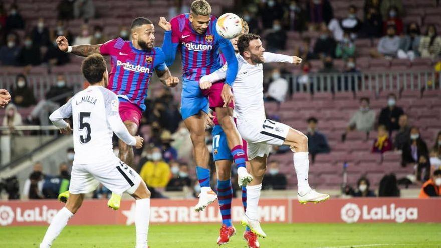 Araujo cabecea el gol del empate con el Granada en el Camp Nou.