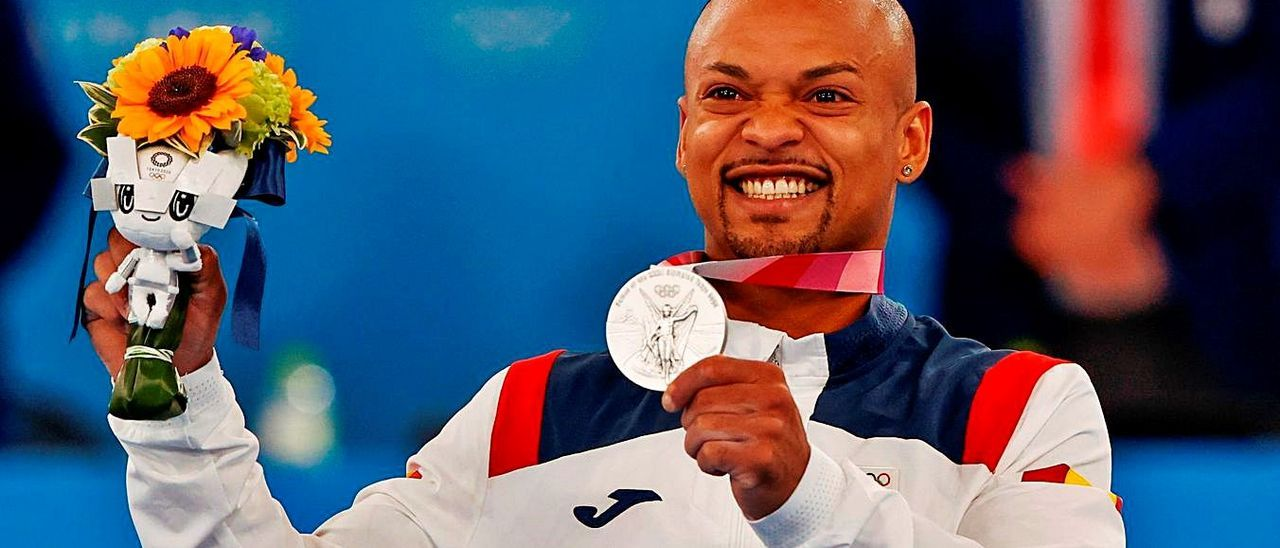 Ray Zapata muestra su presea de plata, ayer, en el podio del Centro de Gimnasia de Ariake.