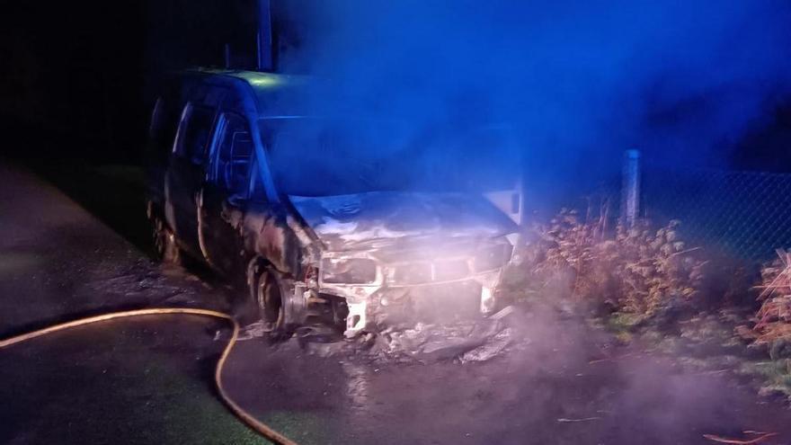 Un incendio calcina una furgoneta en Xaxán