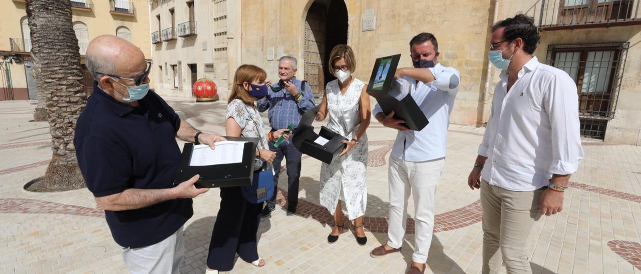 Presentación de firmas este miércoles frente al Ayuntamiento de Elche.