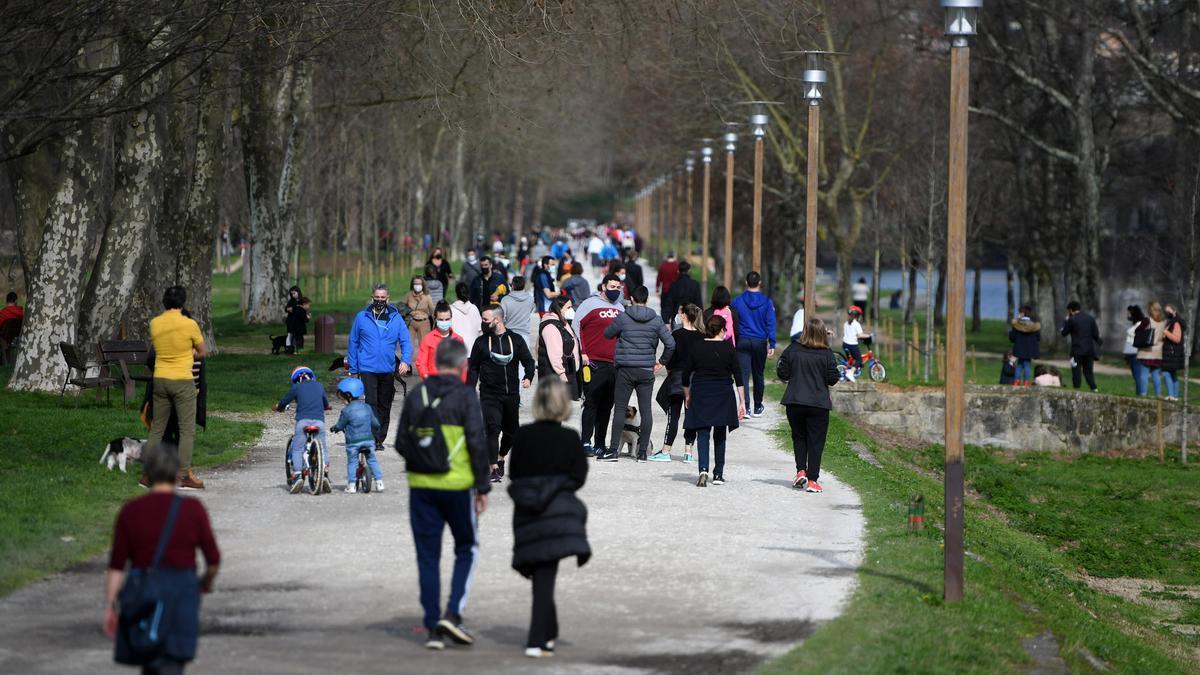 Gente paseando por la Illa das Esculturas de Pontevedra.