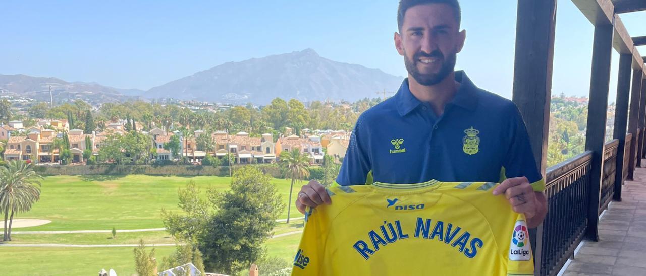 Raúl Navas posa con la camiseta amarilla en el hotel de concentración de la UD en Marbella.
