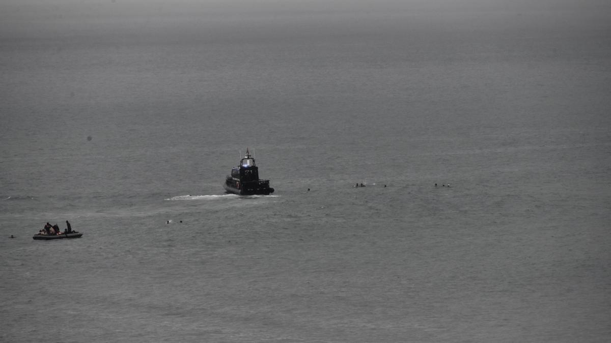 Los servicios de rescate interceptan a los migrantes que se acercaban a Ceuta a nado